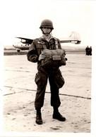 Photo Originale Militaire Parachutiste Posant Devant Un Nord 2501, Noratlaset Surnomméla Grise Vers 1960 - Aviación