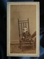 Photo CDV Anonyme - Bébé Sur Une Chaise Tenu Par Un Adulte Caché Circa 1860-65 L552 - Old (before 1900)