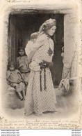 ALGERIE  SCENES ET TYPES  Femme Arabe Portant Son Enfant  ..... ( Ref FF1878 ) - Szenen