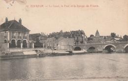 REF.AD . CPA . 18 . VIERZON . LE CANAL . LE PONT ET LA BANQUE DE FRANCE. PENICHES A L'ARRET - Embarcaciones