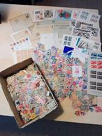 Fundgrube Briefmarken Und Briefe, Viel Semiklassik Frankreich, Dabei Auch Noch Schweiz, Finnland, Japan In Schachtel - Kilowaar (min. 1000 Zegels)