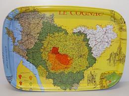 ANCIEN PLATEAU TOLE PEINTE PUBLICITE PUB LE COGNAC Régions Par Appellations Par MASSILLY France COLLECTION DECO VIITRINE - Alcools