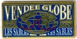 Pin's Bateau Navire Voilier Course à La Voile Boat Ship Sailboat Sailing Course Vendée Globe 92 93 Les Sables D'Olonne - Barche