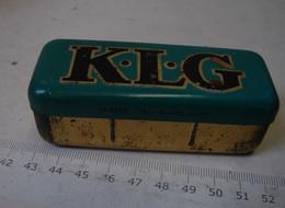 Boîte. 2 Ancienne Boîte  En Métal K.L.G Pour Bougie Voiture - Boxes