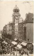 CPA - RIOM - LA TOUR DE L'HORLOGE ET LE MARCHE - Riom