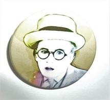 BUSTER KEATON  Portant Lunettes, Bouche Ouverte Image En Couleurs Badge Pin Broche Button NEUF Rare NEW HTF - Cinema Advertisement