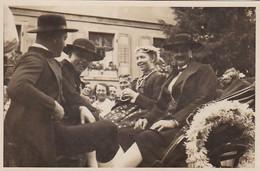 AK Foto Personen In Tracht In Kutsche - Photo-Haus Molitor, Neustadt, Schwarzwald  (56645) - Costumes