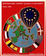 """SUPER MAX PIN'S """"MONTGOLFIERE EUROPE"""" : Survolant Les Continents Du Monde En émail Grand Feu Base Or En 1992  3,3X3,8cm - Mongolfiere"""