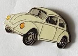 Pin's   Automobile  V W  Coccinelle  Blanc  Crème  Phares  Jaunes  Signé  DEMONS  ET  MERVEILLES - Volkswagen