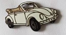 Pin's   Automobile  V W  Coccinelle  Blanche, Capote  Marron  Clair  Signé  DEMONS  ET  MERVEILLES - Volkswagen