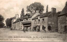 ST NICOLAS DU PELEM UN DES COTES DE LA GRANDE PLACE - Saint-Nicolas-du-Pélem