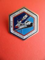 Pins émail 1983 - Avion Aviation Espace - Signé S6 - STS-6 Est La 1re Mission De La Navette Spatiale Challenger. - Spazio