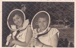 FEMMES AVEC RAQUETTES DE TENNIS, MUJERES CON RAQUETAS DE TENIS. LAWN TENNIS CLUB. PHOTO ANNEE 1950. 8.5X13.5.CM- LILHU - Deportes