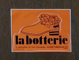 AUTOCOLLANT - LA BOTTERIE - LE SPÉCIALISTE DU BON CHAUSSAGE - 24 RUE THIERS 13100 AIX-EN-PROVENCE - MAGASIN COMMERCE - Pegatinas