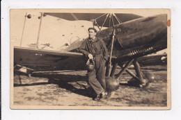 CARTE PHOTO Aviateur Roland Barbat Devant La Construction De Son Avion - 1919-1938: Entre Guerras