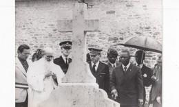 PHOTO (18x24)COLOMBEY   BOKASSA Sur La Tombe  Du GENERAL DE GAULLE - Identified Persons