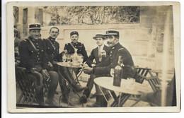 CARTE PHOTO- Groupe De Gendarmes Autour D'un Verre D'absinthe... Terrasse De Café...  Animé - Police - Gendarmerie