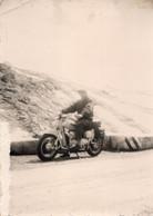 """FO- 00384- FOTO UOMO SU MOTOCICLETTA NON IDENTIFICATA - RETRO """" P. STELVIO 13-7-1959 - Other"""