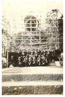 (RR 22) Japan - Kamakura (religious Statue) Older P/c (under Repair With Navy Sailor Group) - Non Classificati