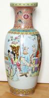 Vase Famille Rose à Decor De Personnages Periode Republique De Chine  Marque  QIANLONG   62 Cm - Art Asiatique