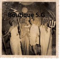 Photo Personne Femme Homme Costume Grec Dieu Fete Soirée Christiane Nicole Guiton 8.5x9cm - Anonymous Persons