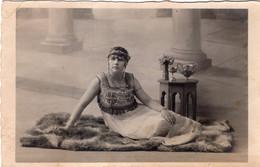 CARTE PHOTO. Photographe DELPHY à Angoulème. Jeune Femme Robe Brodée De Perles - Frauen