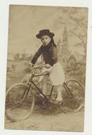 Carte Fantaisie - Enfant Breton En Habit Folklore Sur Vélo - Bicyclette - Décor Paysage église....brebis - Scenes & Landscapes
