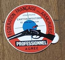 AUTOCOLLANT STICKER - FEDERATION FRANÇAISE DES ARMURIERS - ARMURERIE CARTON-WOUSSEN - 62 AIRE-SUR-LA-LYS - ARMES - Stickers
