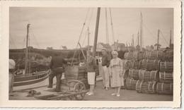 Photo Au Format CPA Moguériec Sibiril (29) Belle Scène Au Port De Pêche  Barque, Paniers    Datée 1963 - Places