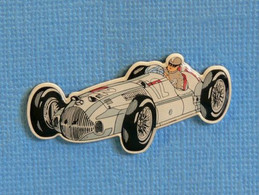 1 PIN'S //  ** MERCEDES BENZ W196 R FLÈCHE D'ARGENT N°12 / JUAN MANUEL FANGIO ** . (Made In Germany) - Mercedes