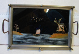 Lot. 1624. Ancien Plateau En Laiton, Décor Peint D'un Moulin Et D'une Barque à Voile Sous Verre - Arte Popular