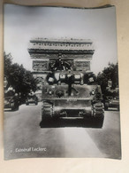 Photo Du Général LECLERC Sur Char Sherman M4- Défilé Des Champs Elysés 1945 - Guerra, Militari