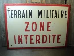 Ancienne Plaque Émaillée Terrain Militaire Zone Interdite Ca1970 - Non Classés
