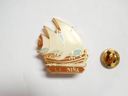 Beau Pin's Pins En Zamac , Marine Bateau Voilier , La Nina , Armada , Christophe Colomb , Signé Artimon - Barche