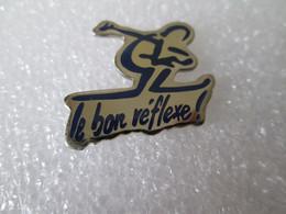 PIN'S  LE  BON  REFLEXE     SKIEUR - Sport Invernali