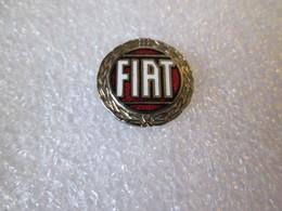 PIN'S    LOGO   FIAT       Ø 16mm    Email Grand Feu   Rare Version Argenté Fond Rouge - Fiat