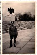 Photo Originale Guerre 1939/45 Soldat Allemand Posant Devant Une Statue D'Aigle Par Merz & Stoll Photo - Krieg, Militär
