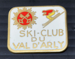 "Pin's ""SKI-CLUB DU VAL D'ARLY"" - Station D""hiver - Sport Invernali"