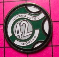 521 Pin's Pins / Beau Et Rare / THEME : MEDIAS / JOURNALISTES SPORTIFS DU 42 - Mass Media