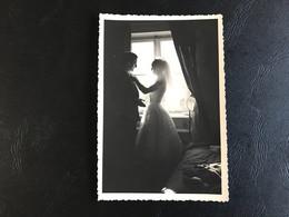 Photo (~1950) Belle Mariée Réajustant La Cravate De Son Futur Epoux - Anonymous Persons