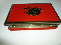 FELFORT (Argentine) Boîte Vide Chocolats Rouge Décor Grande Rose Métal En Relief Vintage 1979 Embossed Tin Box - Chocolat