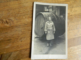GUERRE 39/45:PHOTO CARTE D'UNE JEUNE DAME DEVANT UN GROS TONNEAU (BIERE OU VIN ??)EN 1942 CACHET STALAG 2 ??? - War 1939-45