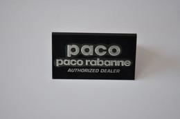 Plaque En Métal Revendeur 'Paco Rabanne' - Plaques émaillées (après 1960)