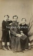 Portrait D'ENFANTS Et Curé Précepteur Vers 1865 CDV Pierre PETIT PARIS - Antiche (ante 1900)