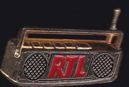 71318- Pin's-RTL, Sigle De Radio Télé Luxembourg.signé Decat Paris.2 Tacks. - Mass Media