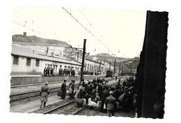 Guerre D'Algérie, 2 Photos 115 X 80 Mm Env. En Gare D'Ouenza, Le Grand Départ, Retour Vers Bône. Voir Description - Krieg, Militär