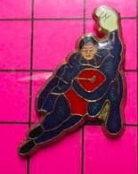 521Pin's Pins / Beau Et Rare / THEME : BD BANDE DESSINEE / IS IT A BIRD ? IS IT A PLANE ? NO ! IT'S SUPERMAN - Fumetti