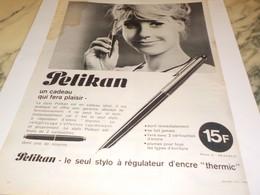 ANCIENNE PUBLICITE  UN CADEAU QUI FERA PLAISIR LE STYLO  PELIKAN 1964 - Other