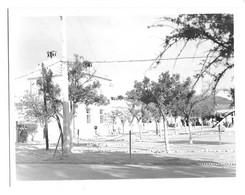 Guerre D'Algérie, Photo 115 X 90 Mm Env. Bekkaria Mai 1959. Mairie, école, Poste ... Provisoirement PC Du 8ème Hussards - Oorlog, Militair