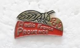 "Pin's ""Radio France Provence"" (avec Cigale) - Mass Media"